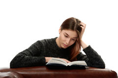 Młoda kobieta z książkowy opierać na rzemiennym meble Obrazy Royalty Free