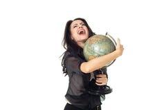 Młoda kobieta z kulą ziemską na odosobnionym tle Zdjęcia Royalty Free