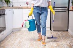 Młoda kobieta z kwaczem i detergenty w kuchni, zbliżenie czy?ci us?uga zdjęcia royalty free