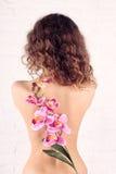 Młoda kobieta z kwiatami fotografia stock