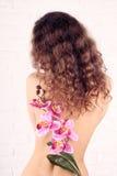 Młoda kobieta z kwiatami obrazy royalty free