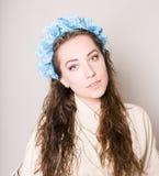 Młoda kobieta z kwiatami zdjęcie stock