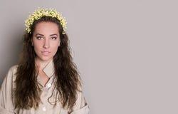 Młoda kobieta z kwiatami zdjęcia stock