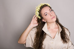 Młoda kobieta z kwiatami. studio obrazy royalty free