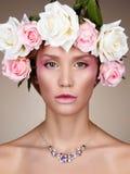 Młoda kobieta z kwiatami w włosy zdjęcie royalty free