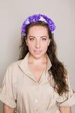 Młoda kobieta z kwiatu wiankiem na głowie obrazy royalty free