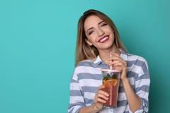 Młoda kobieta z lemoniadą na koloru tle Naturalny detox napój obraz royalty free