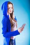 Młoda kobieta z mądrze telefonu słuchającą muzyką Zdjęcia Stock