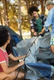 Młoda kobieta z męskim przyjaciela utworzenia namiotem Obraz Stock