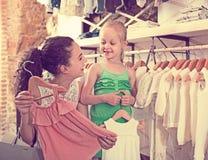 Młoda kobieta z małą dziewczyną w dzieciak odzieży butiku obrazy stock