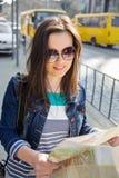 Młoda kobieta z mapą w starym centrum miasta zdjęcia stock