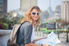 Młoda kobieta z miasto mapą i plecakiem Zdjęcia Royalty Free