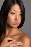 Młoda kobieta z nagimi ramionami Zdjęcia Stock