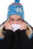 Młoda kobieta z nakrętki marznięciem w zimie Obrazy Royalty Free
