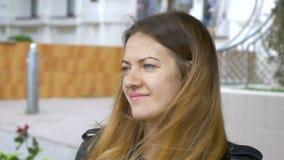 Młoda kobieta z niebieskich oczu spojrzeniami w odległość i wokoło Portret śliczna uśmiechnięta dziewczyna Spojrzenie w odległość zbiory wideo