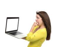 Młoda kobieta z nową nowożytną popularną laptop klawiaturą z pustym miejscem s Zdjęcie Stock
