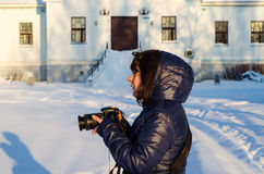 Młoda kobieta z nowożytną cyfrową kamerą Fotografia Royalty Free