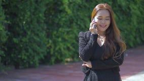 Młoda kobieta z nowożytnym biznesem zbiory wideo