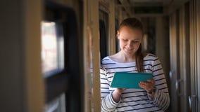 Młoda kobieta z ochraniacz pozycją wewnątrz okno zdjęcie wideo