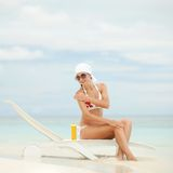 Kobieta z ochrony śmietanką na plaży Fotografia Stock