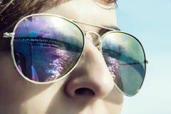 Młoda kobieta z odzwierciedlać most w okularach przeciwsłonecznych Zdjęcia Stock
