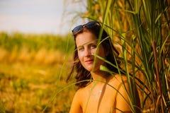 Młoda kobieta z okularami przeciwsłonecznymi w bambusa polu zdjęcia royalty free