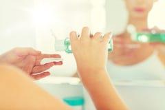 Młoda kobieta z płukanki domycia twarzą przy łazienką Fotografia Royalty Free