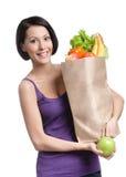 Młoda kobieta z paczką pełno jedzenie Zdjęcie Stock