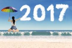 Młoda kobieta z parasolem w plaży Obraz Royalty Free
