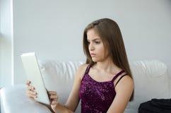 Młoda kobieta z pastylką Zdjęcia Royalty Free