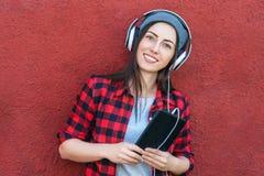 Młoda kobieta z pastylka hełmofonami i komputerem zdjęcie royalty free