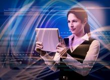 Młoda kobieta z pastylka komputerem. obraz royalty free