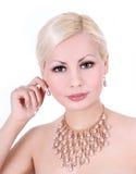 Młoda kobieta z perełkową kolią i kolczykami Obrazy Royalty Free