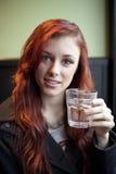 Młoda Kobieta z Piękną Kasztanowego włosy wodą pitną Zdjęcie Royalty Free