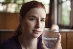 Młoda Kobieta z Piękną Kasztanowego włosy wodą pitną Zdjęcia Royalty Free