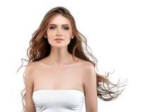 Młoda kobieta z piękno skórą i piękno fryzurą odizolowywającymi na wh Fotografia Stock
