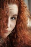 Młoda Kobieta z Pięknym Kasztanowym włosy Zdjęcie Royalty Free