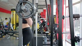 Młoda kobieta z pięknym sportive ciałem nie udać się podnosić ciężkiego dumbbell w gym zdjęcie wideo