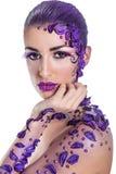 Młoda kobieta z pięknym włosianego stylu i sztuki abstrakta makijażem Obrazy Stock