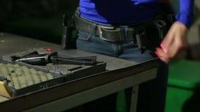 Młoda kobieta z pistoletem na salowym mknącym pasmie zbiera pistolet zbiory wideo