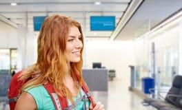 Młoda kobieta z plecakiem nad lotniskowy śmiertelnie fotografia stock