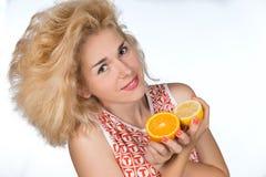 Młoda kobieta z pomarańcze Obraz Royalty Free