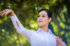 Młoda kobieta z próba stylem Tajlandzkim zdjęcie royalty free