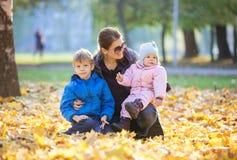 Młoda kobieta z preschool syna i dziecka daugther cieszy się pięknego dzień obraz royalty free