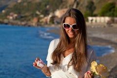 Młoda Kobieta z prezentem przy plażą obrazy stock
