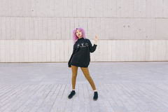 Młoda kobieta z purpurowym afro włosy i Nowy Jork projektujemy Obrazy Royalty Free