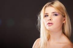 Młoda kobieta z purpurowym makeup w pracownianej fotografii fotografia stock