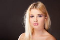 Młoda kobieta z purpurowym makeup w pracownianej fotografii obrazy stock