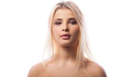 Młoda kobieta z purpurowym makeup w pracownianej fotografii zdjęcia stock
