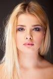 Młoda kobieta z purpurowym makeup w pracownianej fotografii zdjęcie royalty free
